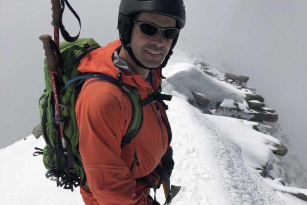 Sandro kurz unterhalb des Gipfels